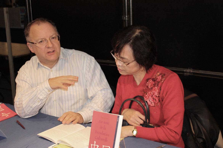 Alain VOISOT et Ling Di SHI présentant leur dernière parution à la Foire du livre de Tournai